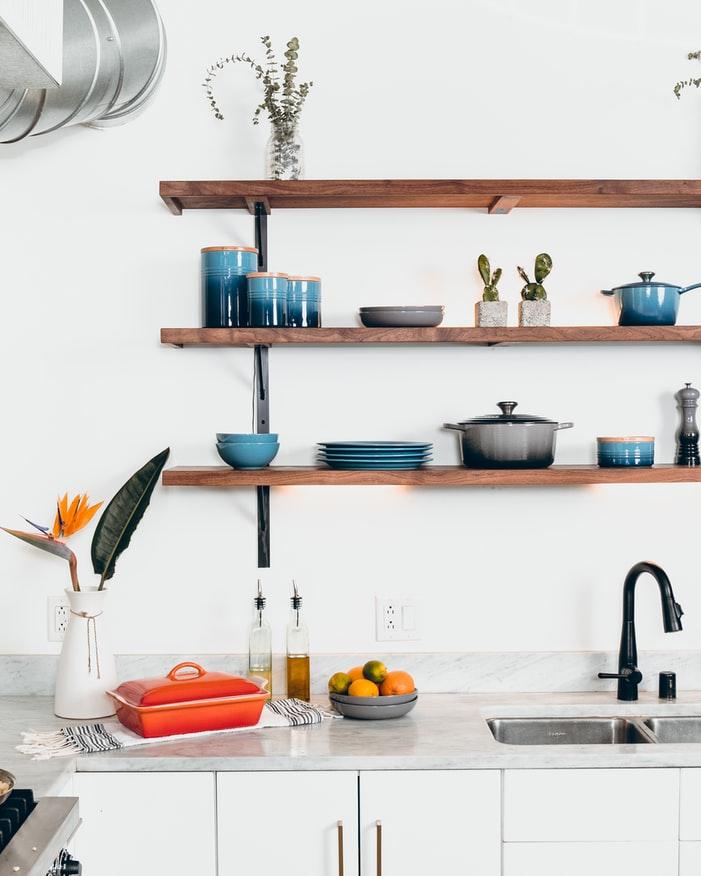 Organised shelving to improve kitchen decor